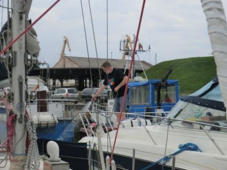 Der Skipper hantiert schon wieder mit Wasser...